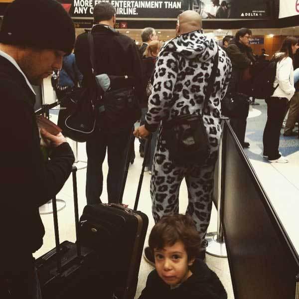 мужчина в пижаме с чемоданом