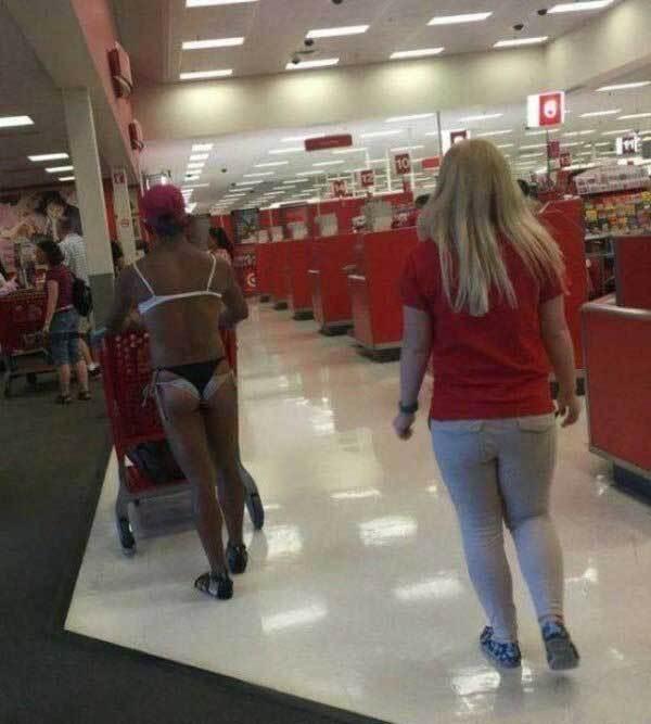 мужчина в женском нижнем белье в магазине