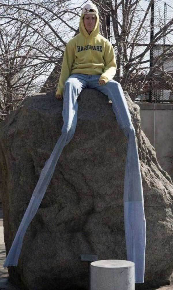 мужчина в длинных джинсах