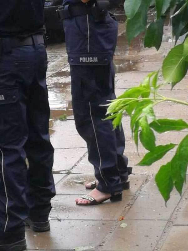 девушка полицейская в босоножках