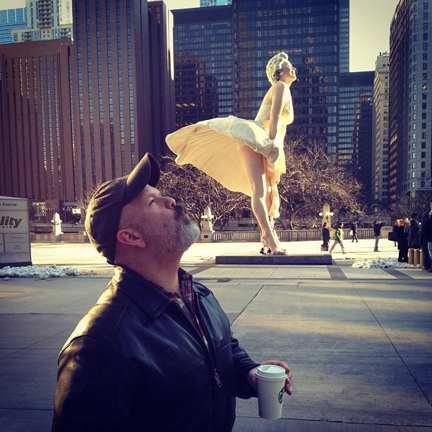 мужчина рядом со статуей мэрилин монро