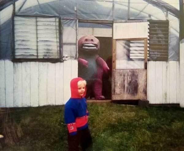 мальчик и человек в костюме динозавра