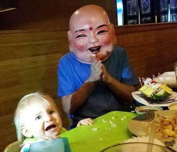 девочка испугалась человека в маске