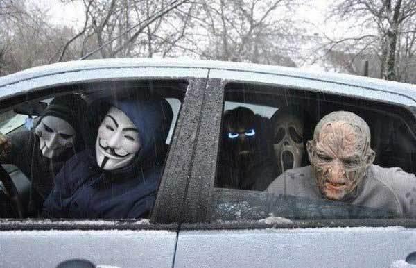 люди в масках в машине