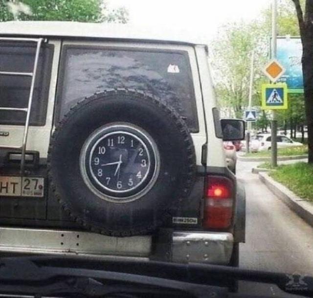 машина с часами на запасном колесе