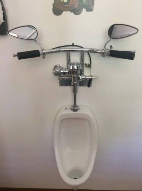 писсуар с велосипедным рулем