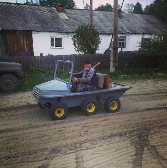 мужчина едет по селу