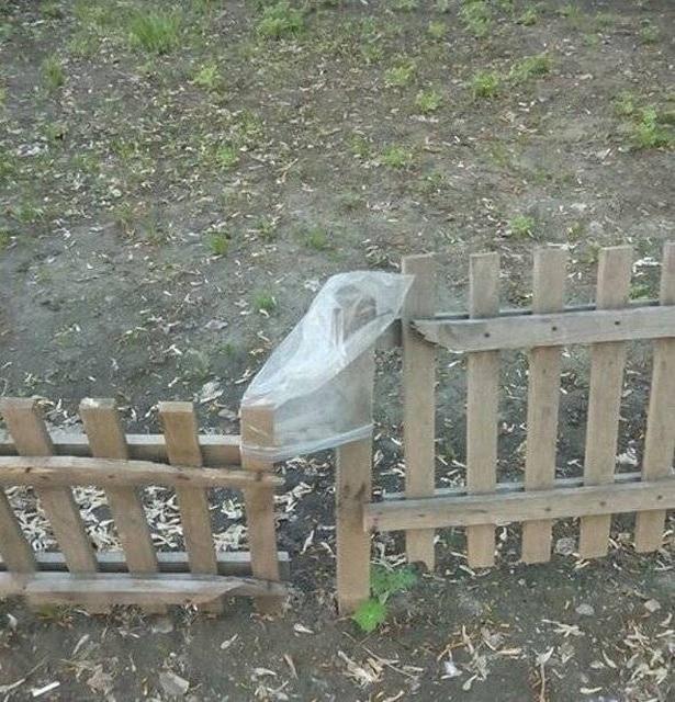 пакет на деревянном заборе