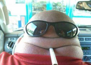 очки и сигарета на затылке
