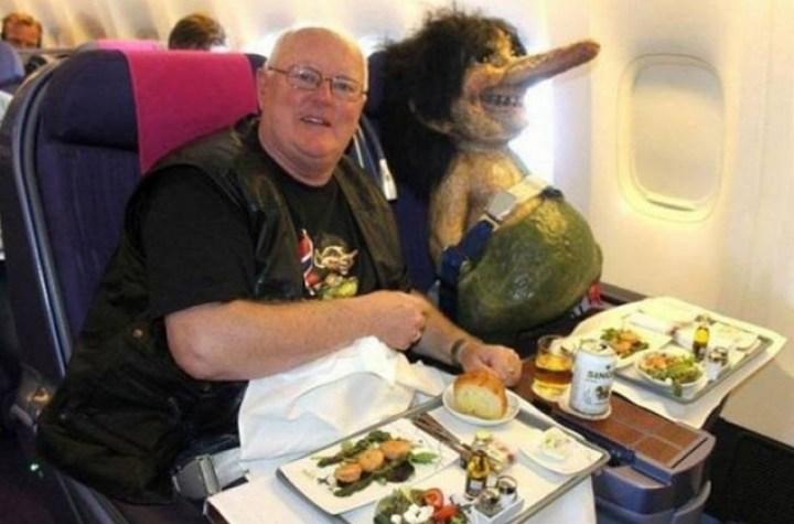 мужчина и кукла в самолете