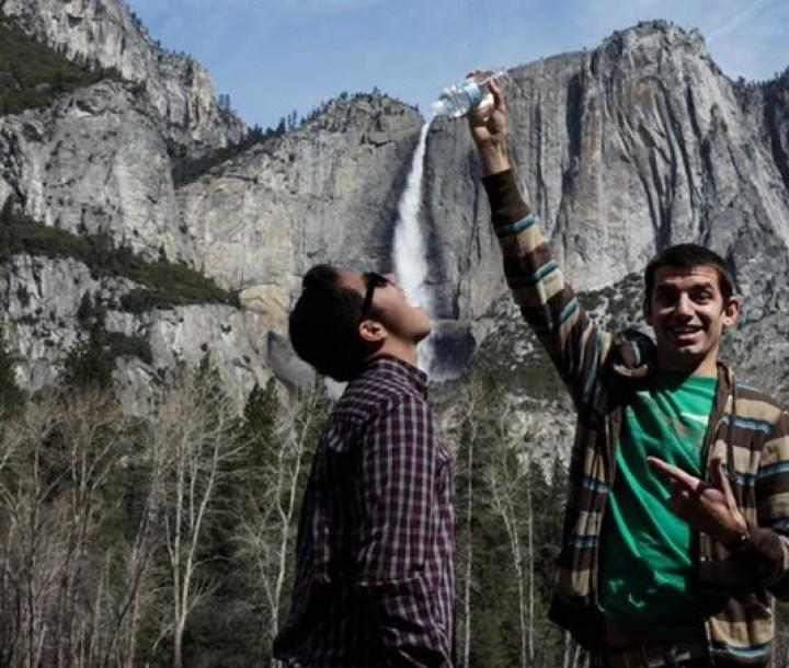 мужчины и водопад