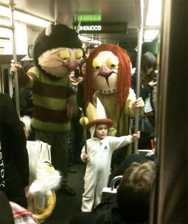 люди в костюмах котов в метро