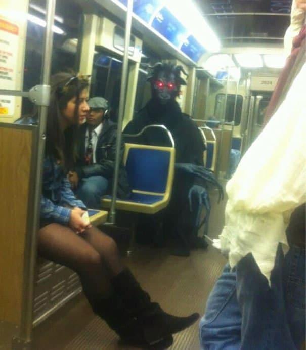 человек в костюме сатаны в метро