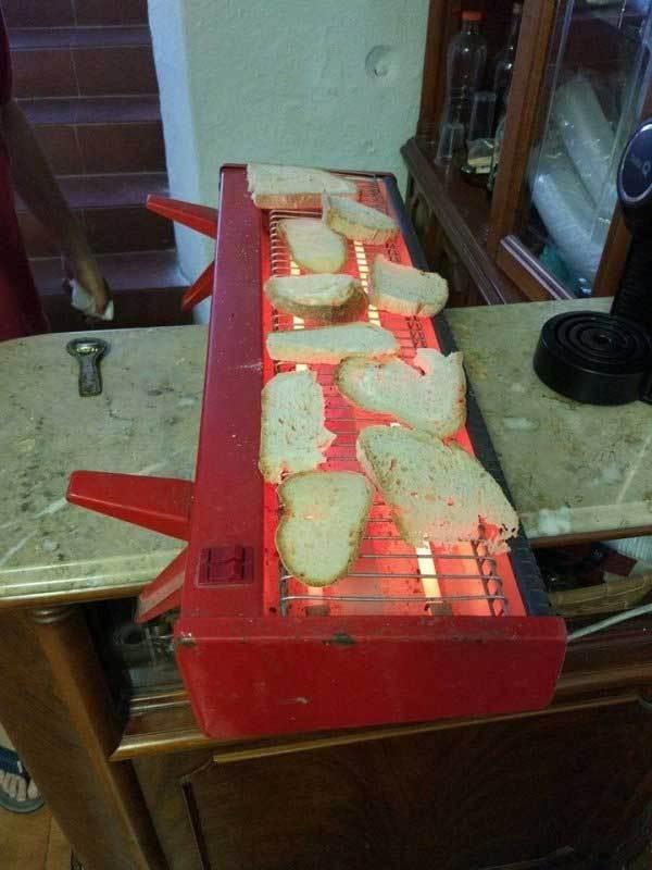 кусочки хлеба на обогревателе