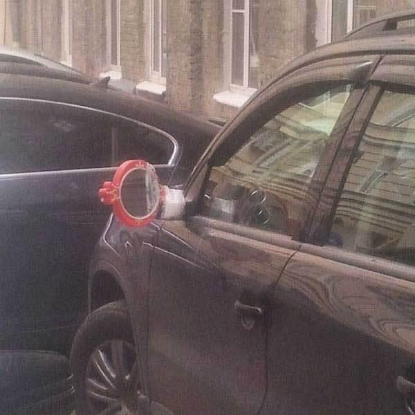 машина с обычным зеркалом вместо автомобильного