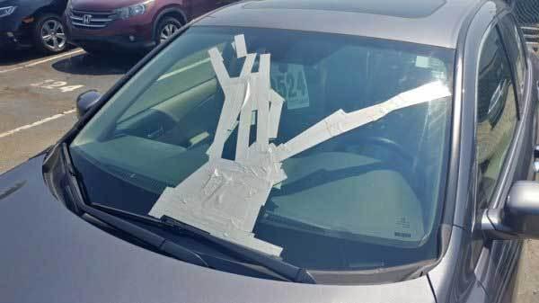 машина с заклеенным лобовым стеклом