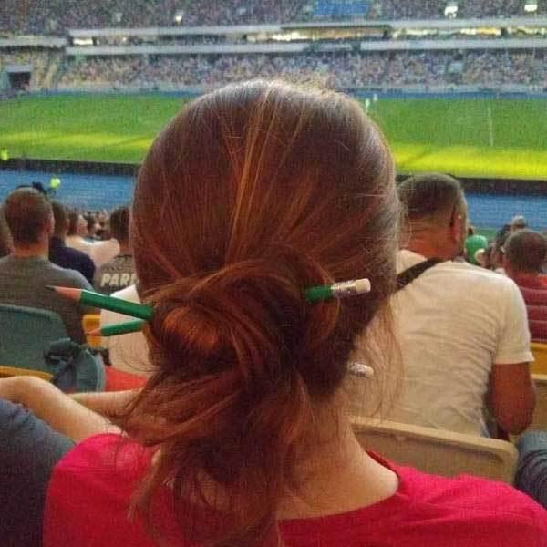 девушка с карандашами в волосах