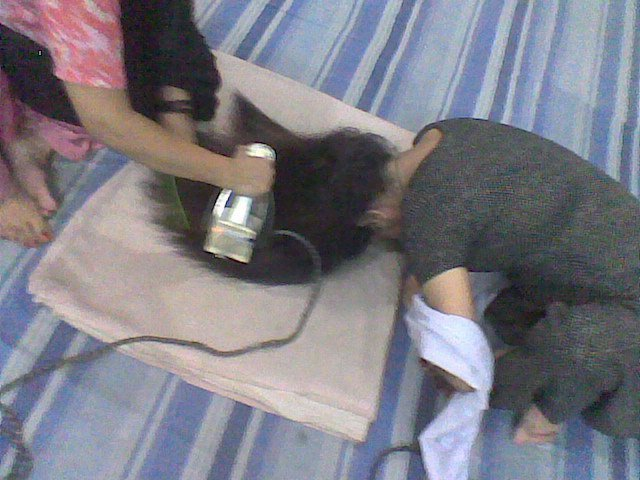 девушки утюжат волосы
