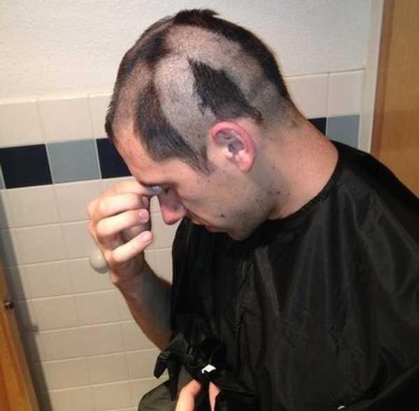 парень с клочками волос на голове
