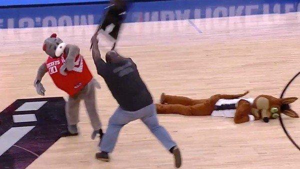мужчина бьет человека в костюме медведя