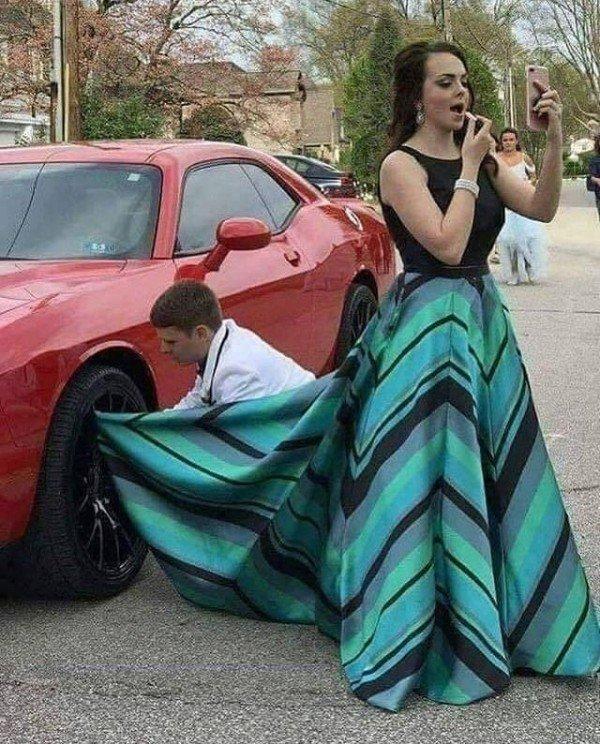 девушка красит губы рядом с машиной