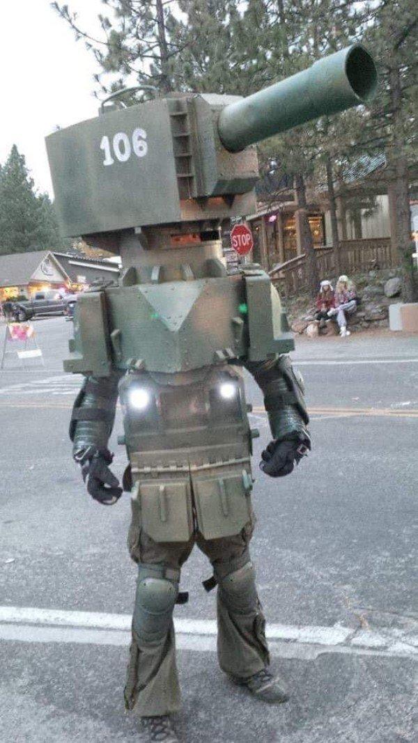 парень в костюме танка