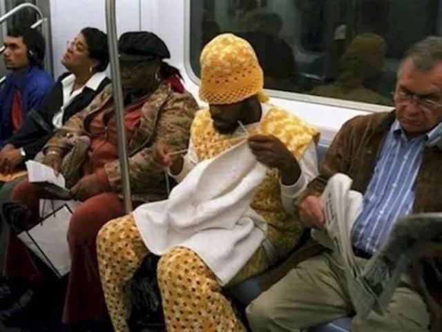мужчина вяжет в метро