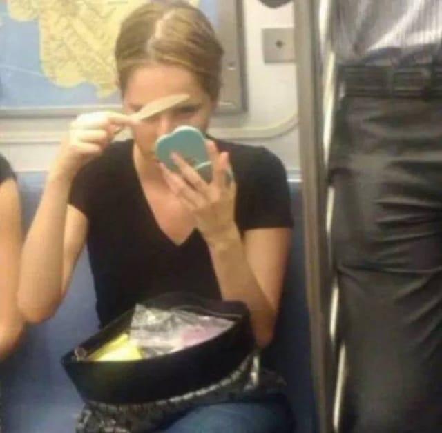 девушка в метро