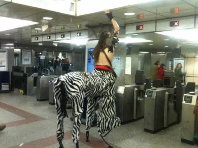 человек в странном костюме в метро