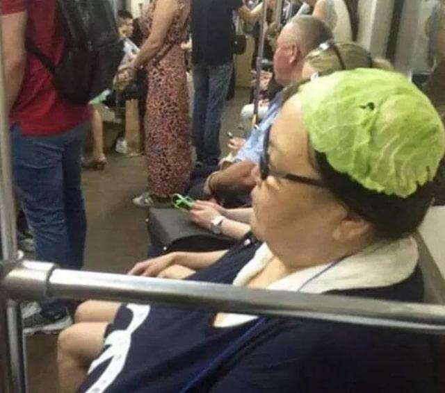 женщина с капустой на голове
