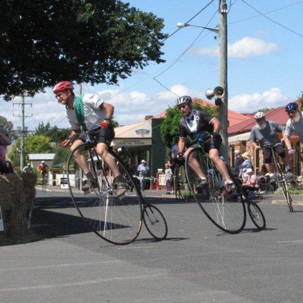 мужчины на странных велосипедах