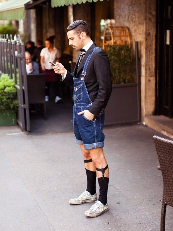 парень в пиджаке и джинсовом комбинезоне