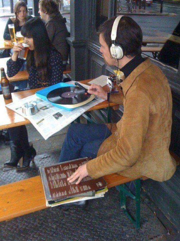 парень с виниловой пластинкой в кафе