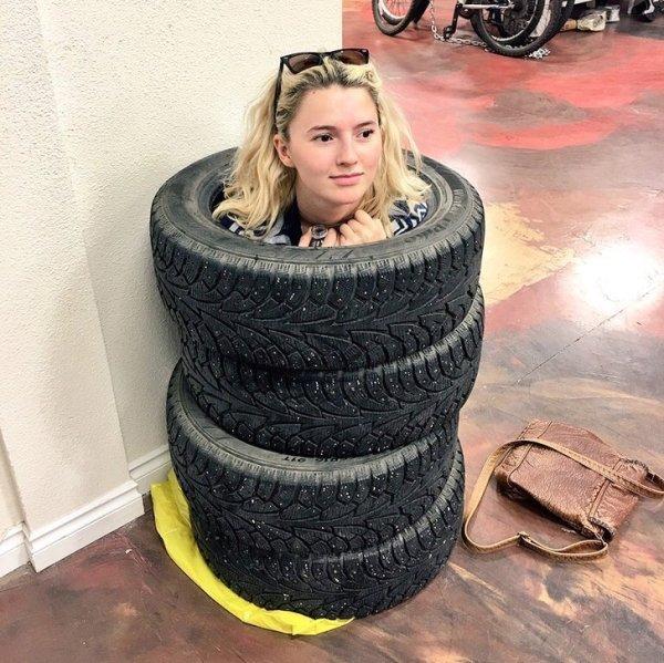 девушка в шинах