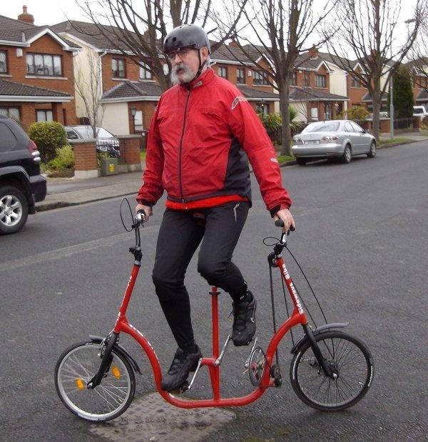 мужчина на красном велосипеде