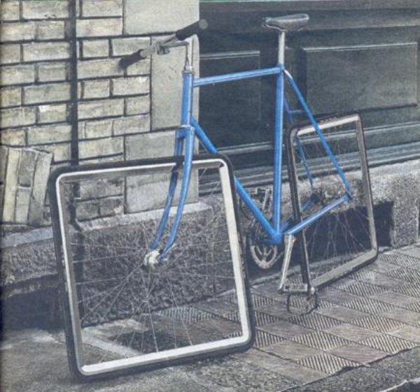 синий велосипед с квадратными колесами