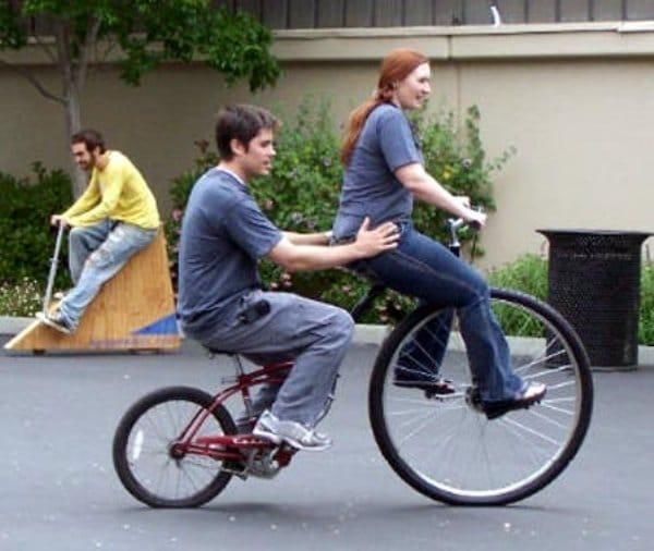 парень и девушка на велосипеде