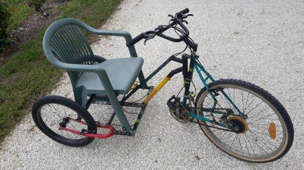 велосипед с пластмассовым стулом