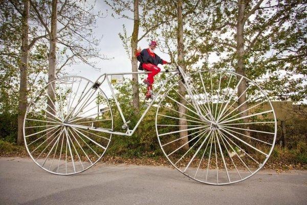 человек на огромном велосипеде