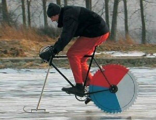 мужчина на велосипеде едет по льду