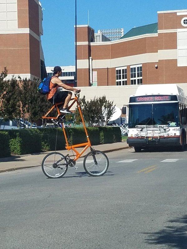 парень переезжает дорогу на велосипеде