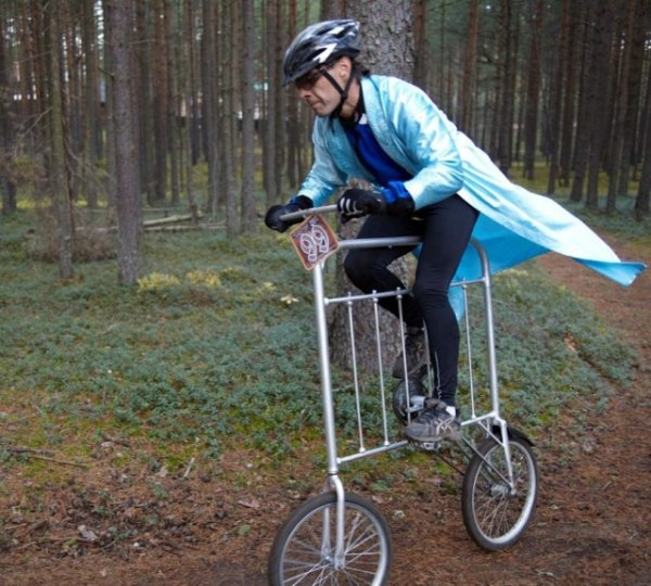 мужчина на странном велосипеде