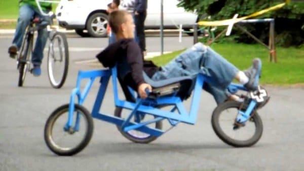 парень на странном велосипеде