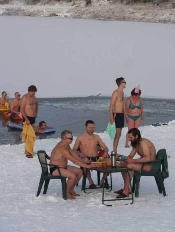 мужчины зимой за столом