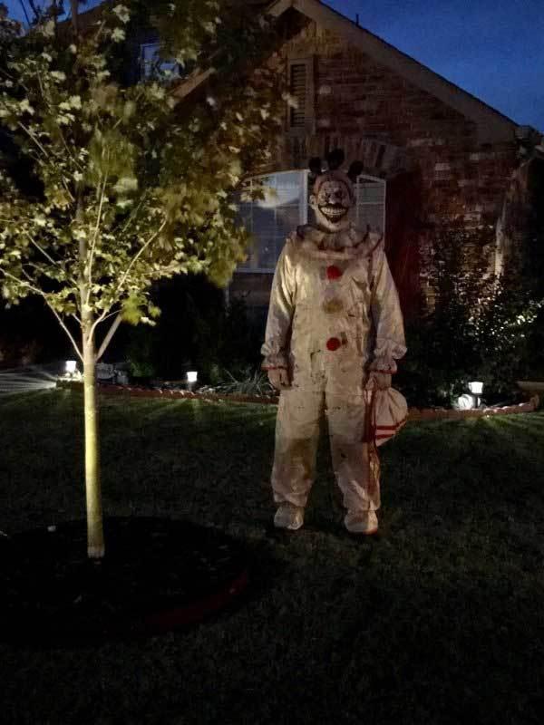 клоун ночью в саду