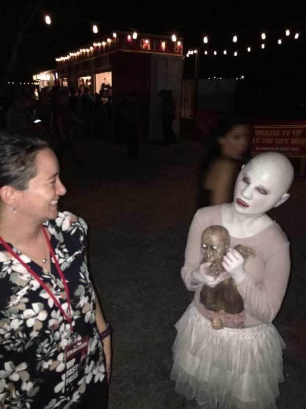 бритоголовая девочка с куклой