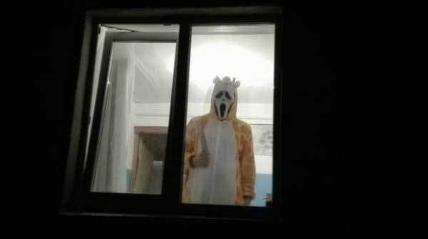 человек в окне с ножом
