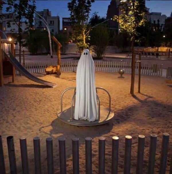 привидение на детской площадке
