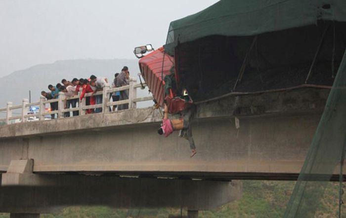 грузовик висит с моста