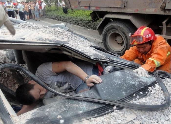 мужчина в разбитой машине